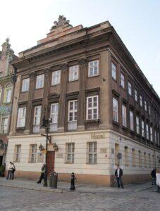 na zdjęciu pałac mielżyńskich stojący przy rynku w Poznaniu